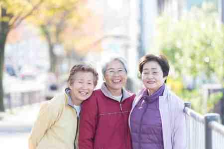 あなたはどのタイプ?自由診療でつくる、総入れ歯の種類