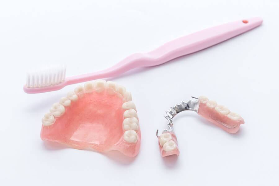 お手入れに欠かせない、義歯用ブラシ(入れ歯用ブラシ)をご紹介