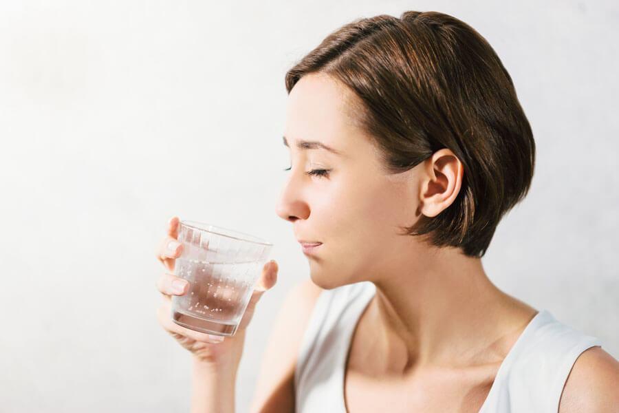 入れ歯の吸着に影響するの?ドライマウスの原因を解説します
